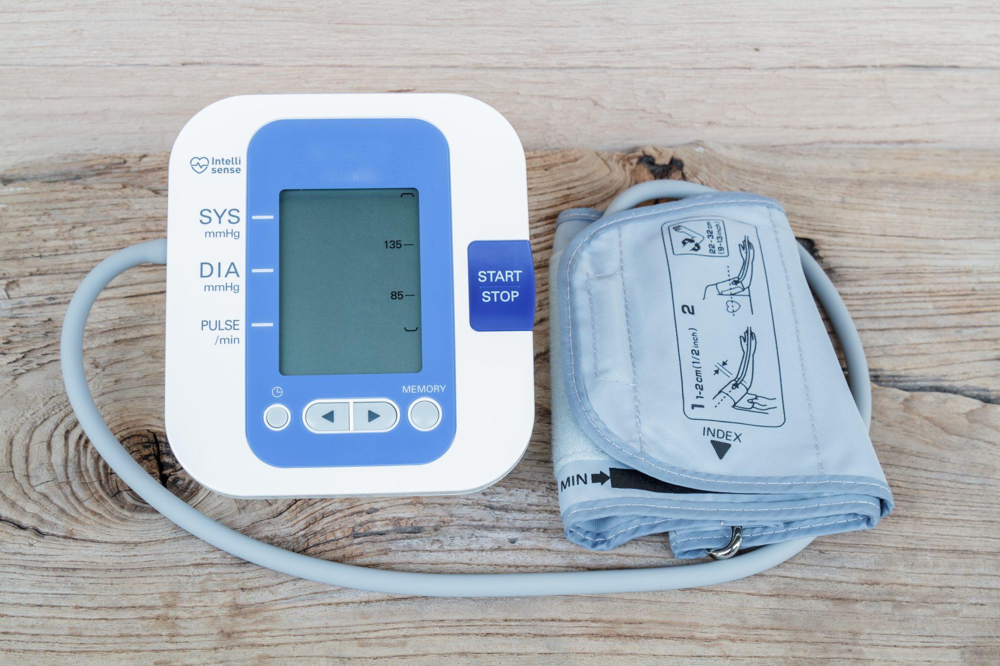 Automatisk blodtrycksmätare. Dessa finns att köpa på apoteken. Mätprecisionen är oftast hög.